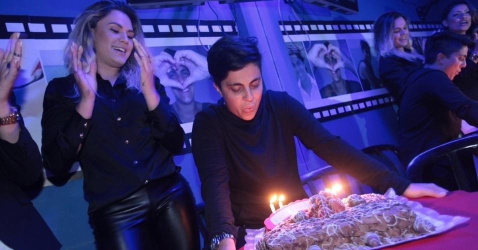 3.set.2013 - Ao lado da namorada Nilceia Santos, Thammy Miranda assopra velas durante sua festa de anivesário. A atriz e apresentadora comemorou seus 30 anos no karaoke Coconut, em São Paulo, onde uma das salas leva seu nome