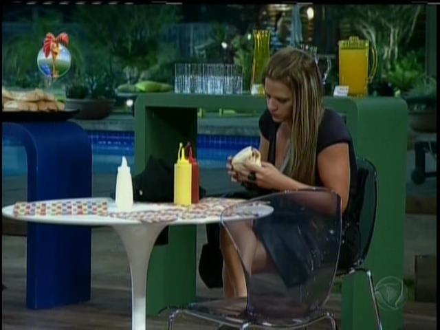 3.set.2013 - Depois do show Denise comeu cachorro-quente e tomou cerveja