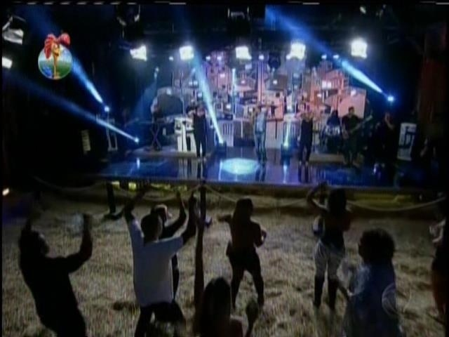 3.set.2013 - Peões se divertem durante show de Naldo na fazenda