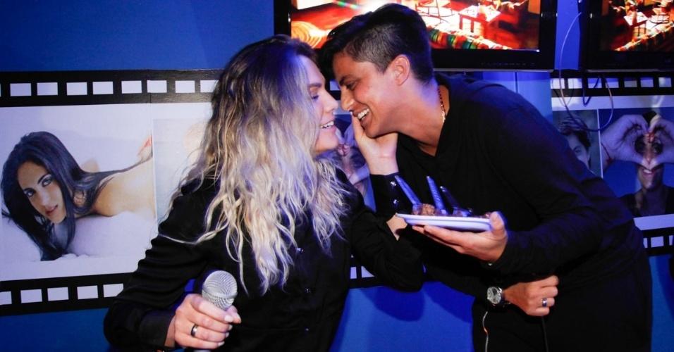 3.set.2013 - Thammy Miranda beija a namorada Nilceia Santos após cantar o