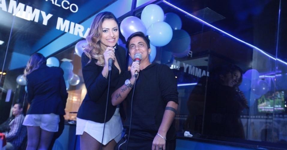 3.set.2013 - Thammy Miranda canta com a ex-namorada Linda Barbosa durante sua festa de anivesário. A atriz e apresentadora comemorou seus 30 anos no karaoke Coconut, em São Paulo, onde uma das salas leva seu nome