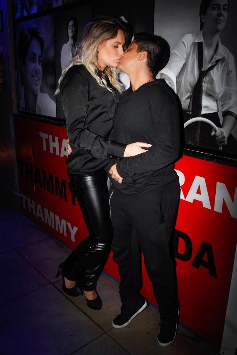 3.set.2013 - Thammy Miranda ganha beijo da namorada Nilceia durante sua festa de anivesário. A atriz e apresentadora comemorou seus 30 anos no karaoke Coconut, em São Paulo, onde uma das salas leva seu nome