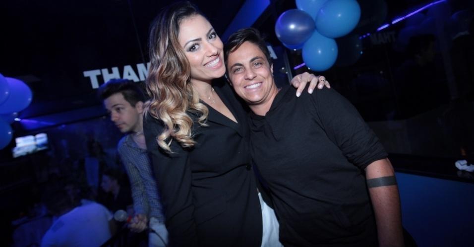3.set.2013 - Thammy Miranda posa com a ex-namorada Linda Barbosa durante sua festa de anivesário. A atriz e apresentadora comemorou seus 30 anos no karaoke Coconut, em São Paulo, onde uma das salas leva seu nome. As duas ficaram juntas por dois anos