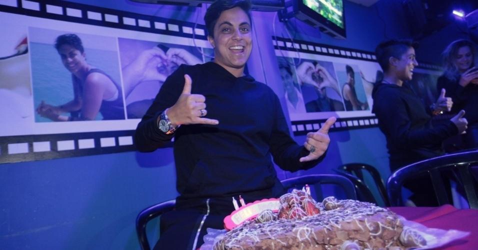 3.set.2013 - Thammy Miranda posa com bolo de chocolate durante sua festa de anivesário. A atriz e apresentadora comemorou seus 30 anos no karaoke Coconut, em São Paulo, onde uma das salas leva seu nome