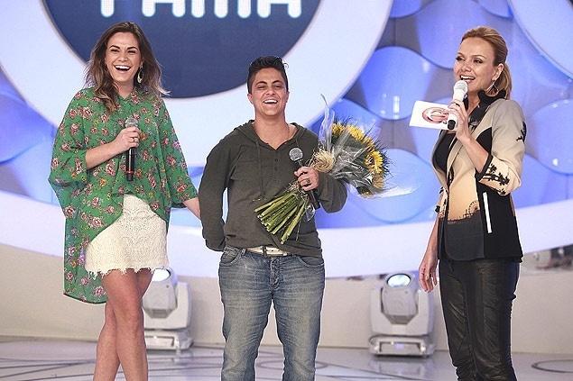 Thammy Miranda (à dir.) foi pedida em casamento por sua namorada, Nilcéia, no palco do