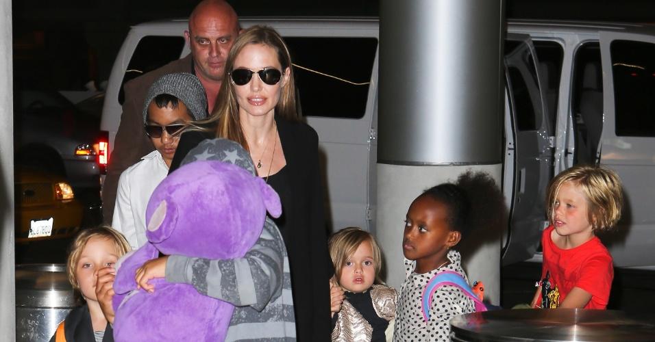 04.set.2013- Angelina Jolie desembarcou com os filhos Knox, Vivienne, Zahara, Pax, Shiloh e Maddox no aeroporto de Los Angeles