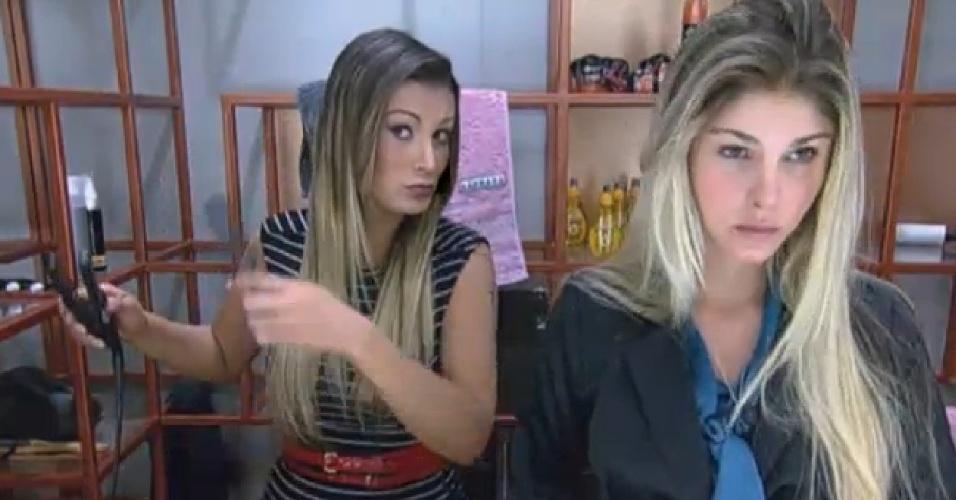 05.set.2013 - Andressa Urach e Bárbara Evans dividindo o espelho do banheiro