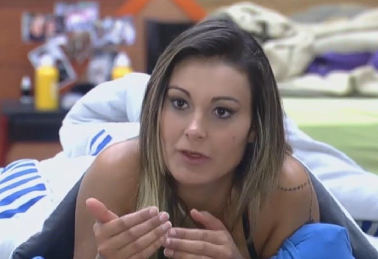 05.set.2013 - Andressa Urach falando que se sente rejeitada pelos outros peões