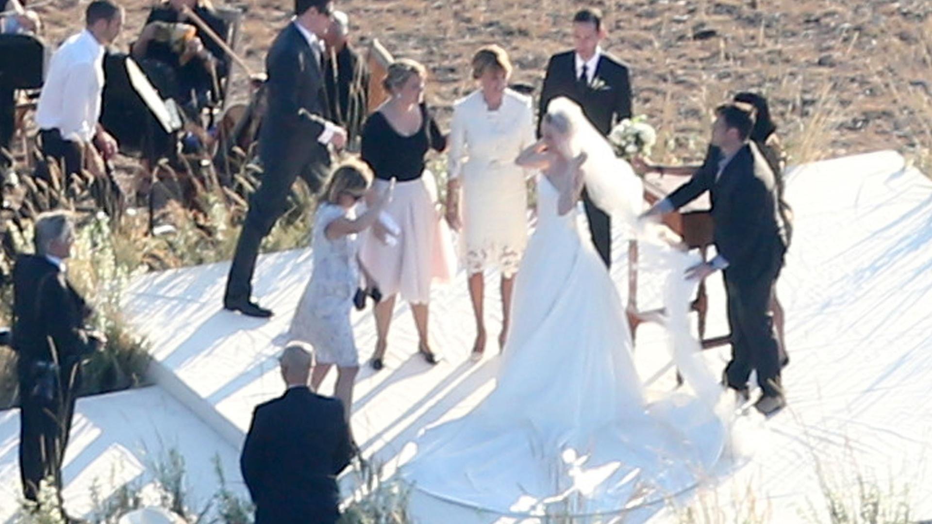 31.ago.2013 - A atriz Kate Bosworth arruma véu para foto após se casar com o diretor Michael Polish em um rancho no estado norte-americano de Montana. Após a cerimônia, os convidados foram levados para um local chamado Granite Lodge, onde comeram pratos locais
