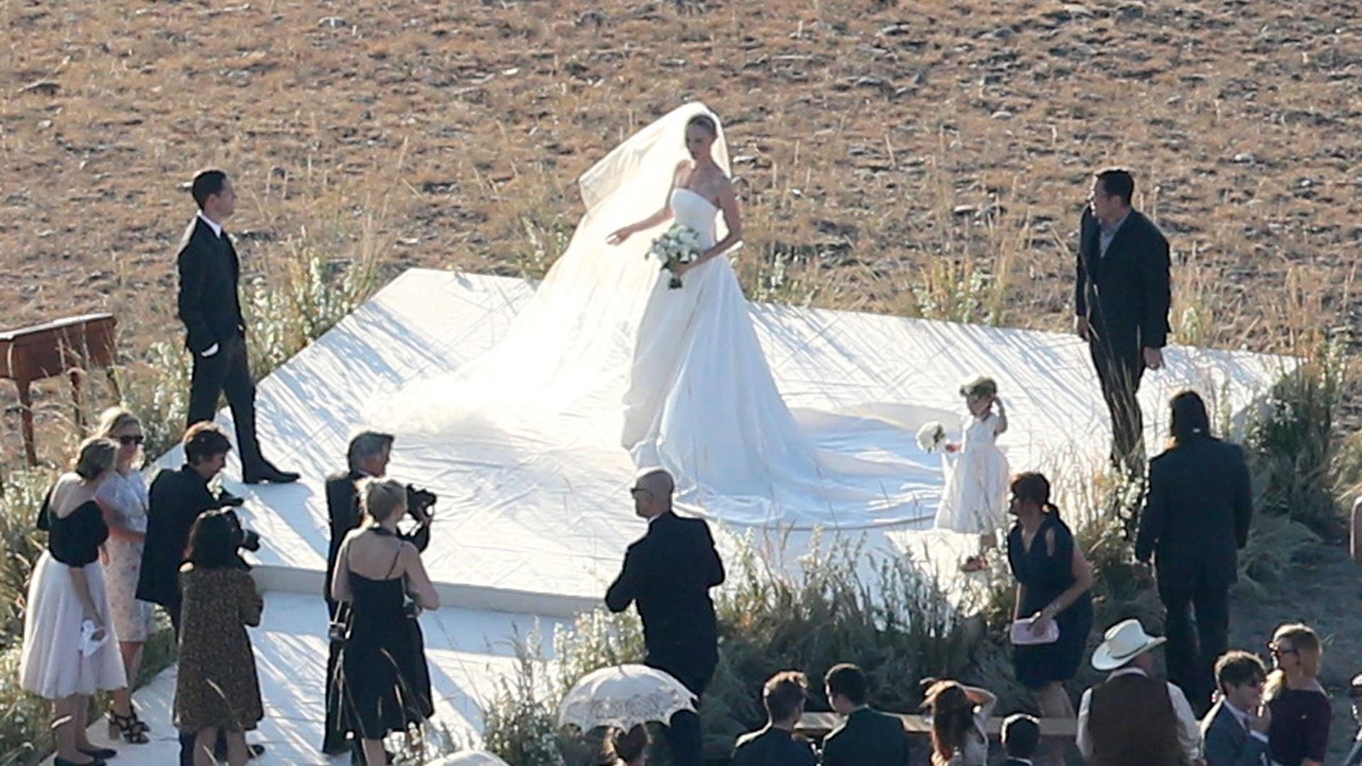 31.ago.2013 - A atriz Kate Bosworth arruma véu para foto após se casar com o diretor Michael Polish em um rancho no estado norte-americano de Montana. Os dois se conheceram durante as filmagens do longa