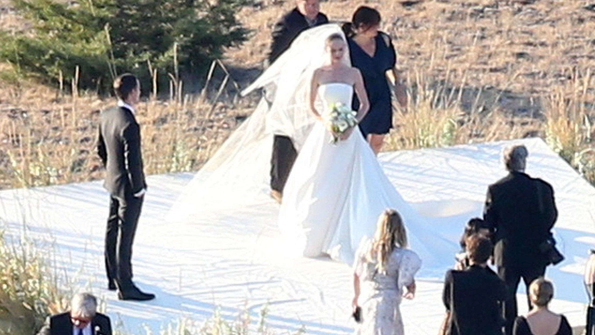 31.ago.2013 - A atriz Kate Bosworth posa para fotos após se casar com o cineasta Michael Polish em um rancho no estado norte-americano de Montana. Na recepção, ela trocou o longo Oscar de La Renta por um vestido floral de tule, enquanto o marido usou um terno de três peças