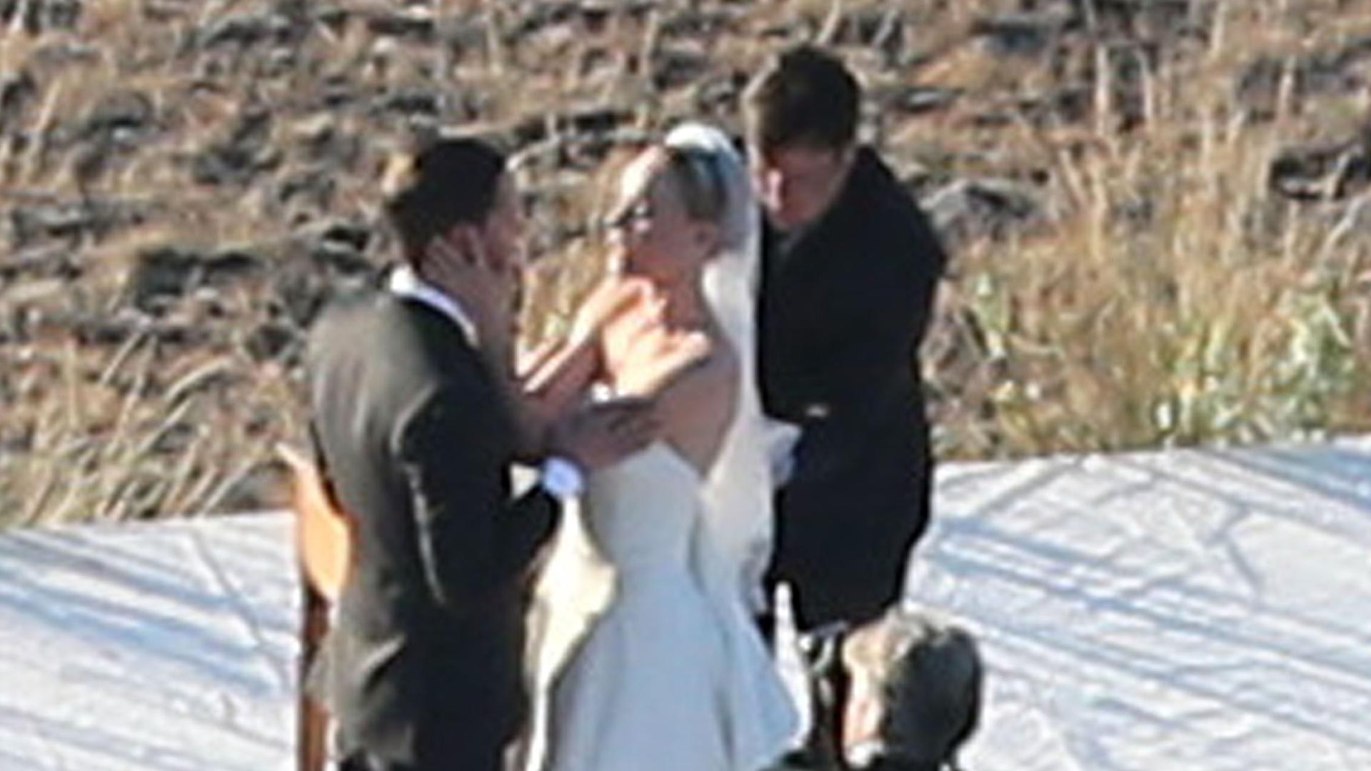 31.ago.2013 - A atriz Kate Bosworth se casa com o cineasta Michael Polish em um rancho no estado norte-americano de Montana. Ela usou um vestido do estilista Oscar de La Renta que tinha uma cauda de quase 2,5 metros e sapatos na cor mármore, com cristais encrustados