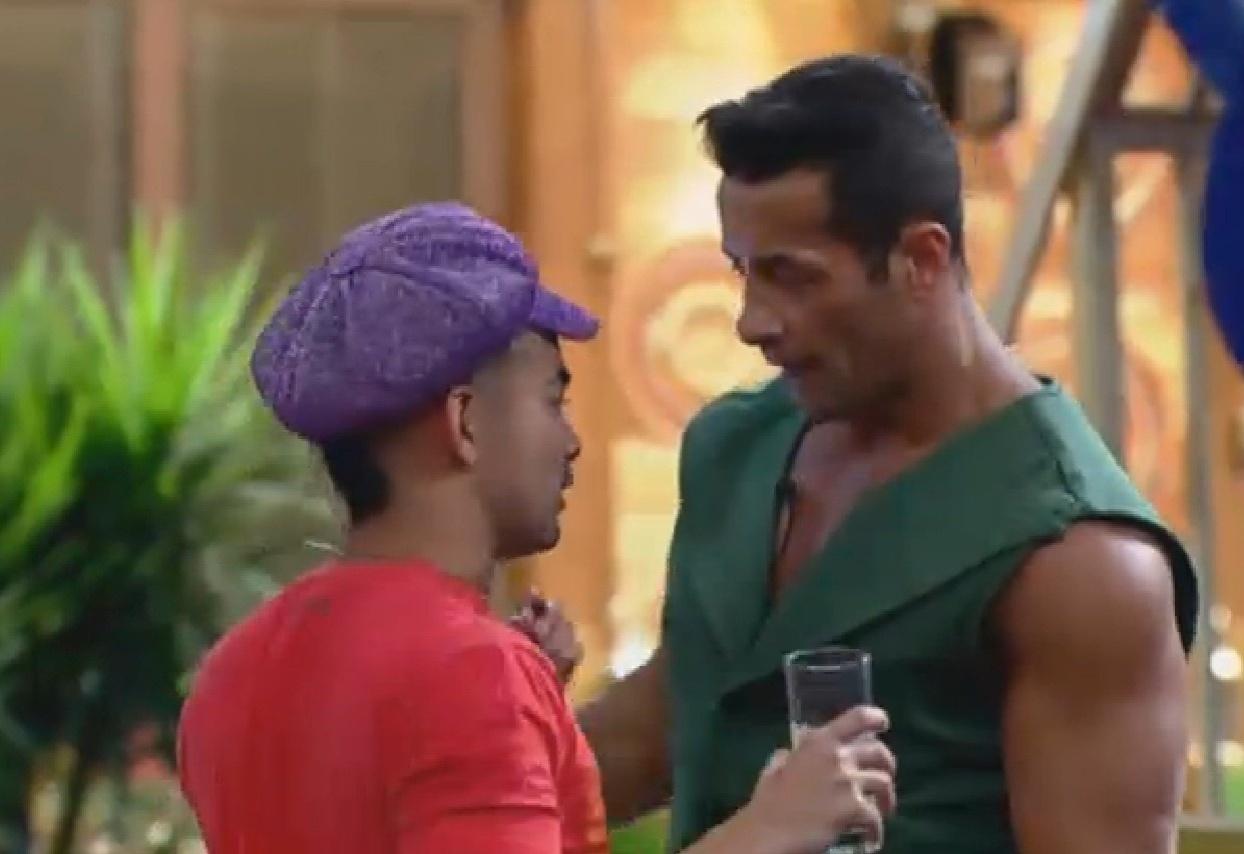 4.set.2013 - Vestidos com roupas de festivais dos anos 60, Yudi e Marcão conversaram durante festa temática