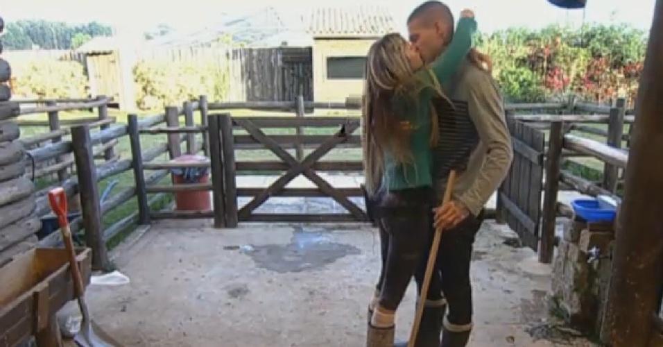 5.set.2013 - Ao acordar, Bárbara encontrou e beijou Mateus Verdelho