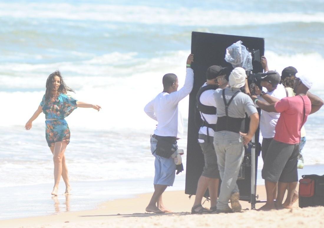 5.set.2013 - Poucas horas após Claudia Leitte gravar uma campanha na praia do Forte, em Salvador, Ivete Sangalo chega para fazer uma gravação no mesmo local.