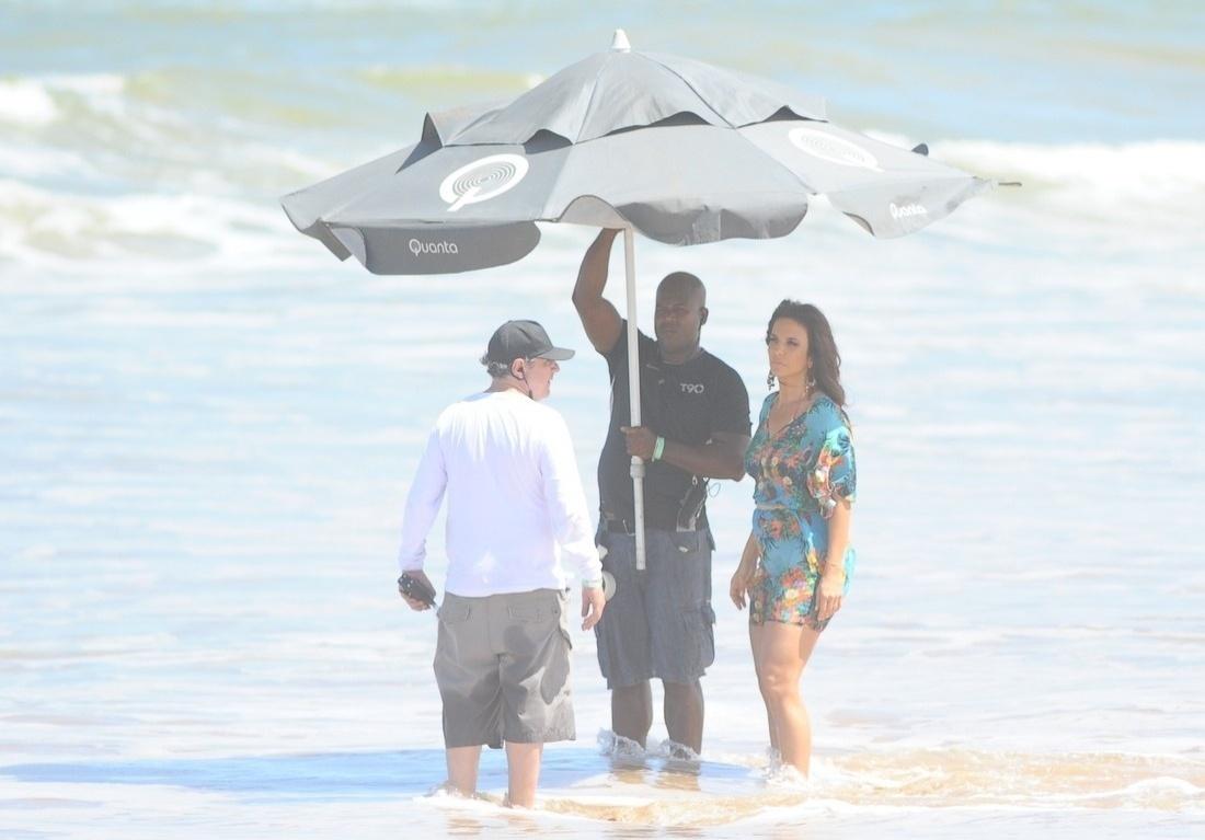 5.set.2013 - Poucas horas após Claudia Leitte gravar uma campanha na praia do Forte, em Salvador, Ivete Sangalo chega para fazer uma gravação no mesmo local