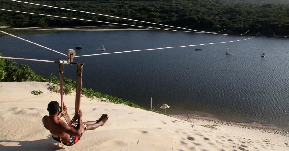 Aerobunda - tirolesa com queda na água - na lagoa de Jacumã é atividade de aventura que completa a diversão de quem vai até Genipabu, na região metropolitana de Natal (RN)