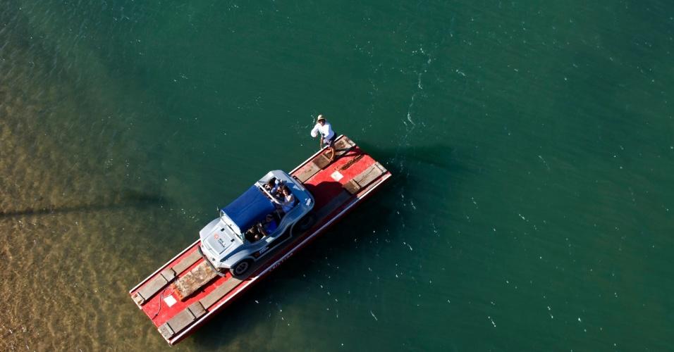 Balsa para apenas um carro atravessa o rio Ceará-Mirim. Travessia de Genipabu até a praia de Pitangui é feita na região conhecida como Barra do Rio