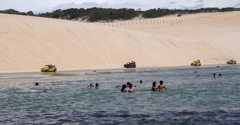 Enseada da praia de Genipabu, na região metropolitana de Natal (RN), cria área de águas calmas ideais para banho