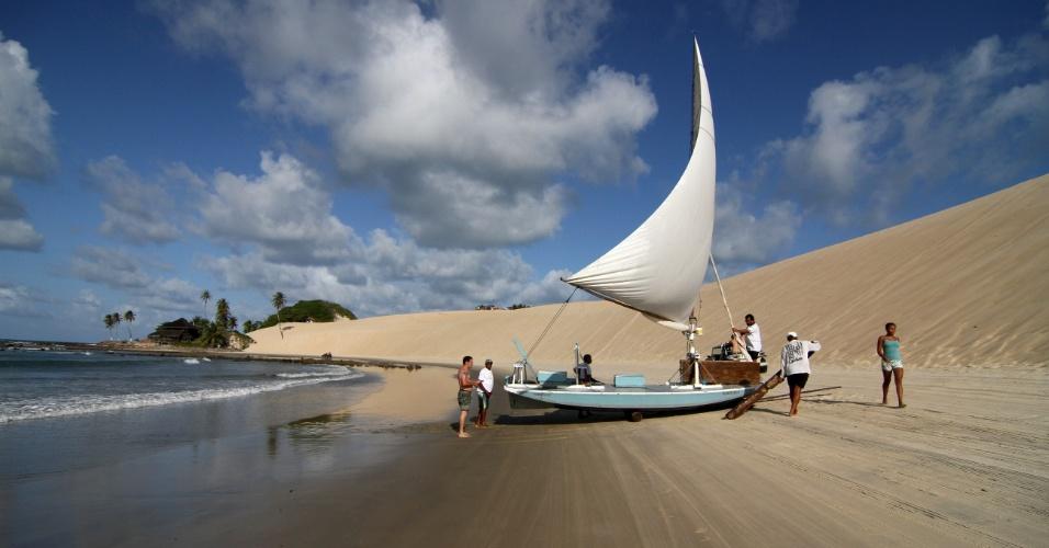 Jangadeiros aportam na praia de Genipabu, na região metropolitana de Natal (RN)
