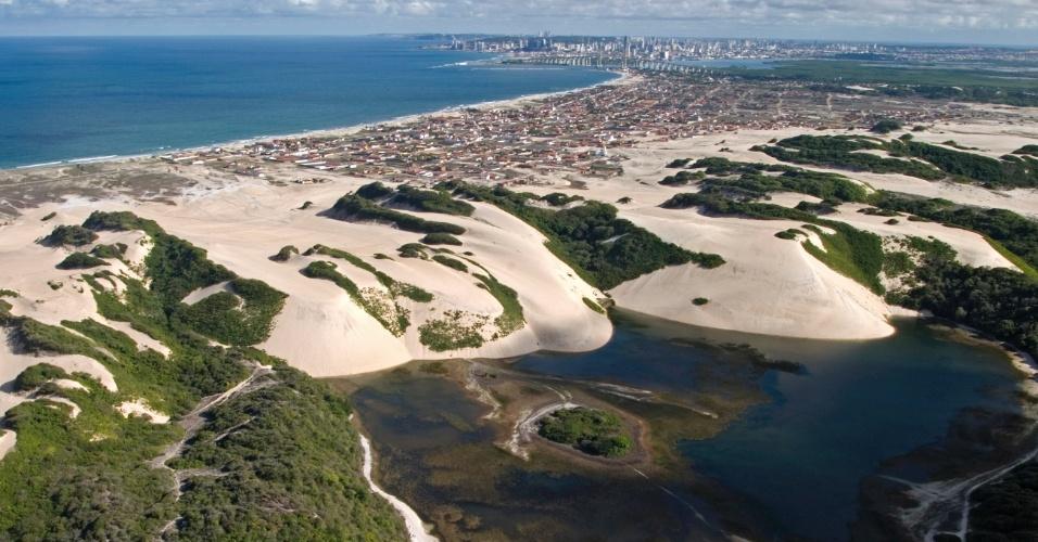 Lagoa de Genipabu, na região metropolitana de Natal (RN), fica cheia no período de chuva e cria um oásis em meio às dunas