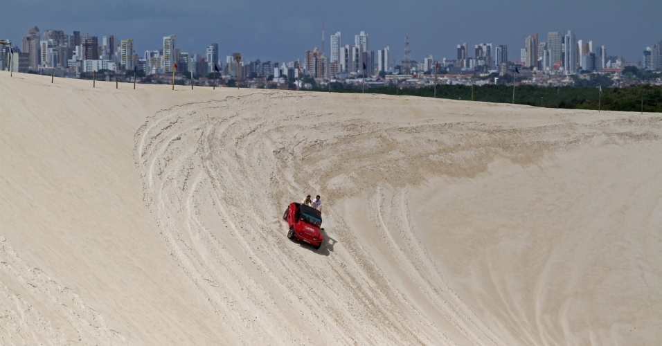 O clássico passeio emocionante pelas dunas de Genipabu, na região metropolitana de Natal (RN) rende curtição com belas paisagens
