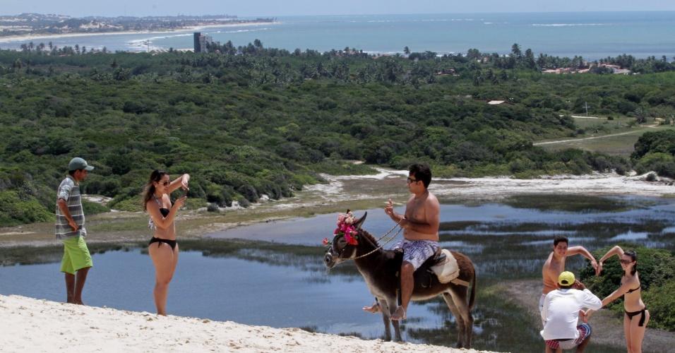 Parada para foto com o jegue, nas dunas de Genipabu, fazem parte do passeio de bugue em Natal (RN)