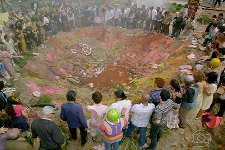 Moradores observam a cratera formada pela explosão de Dona Redonda