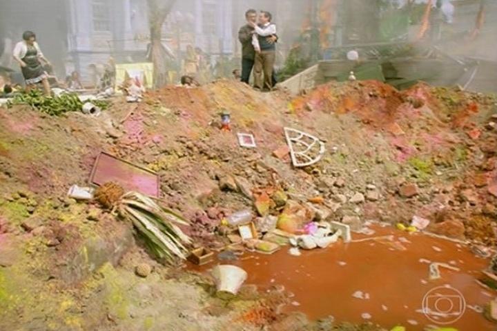 Encolheu e Cazuza ao lado da cratera formada pela explosão de Dona Redonda