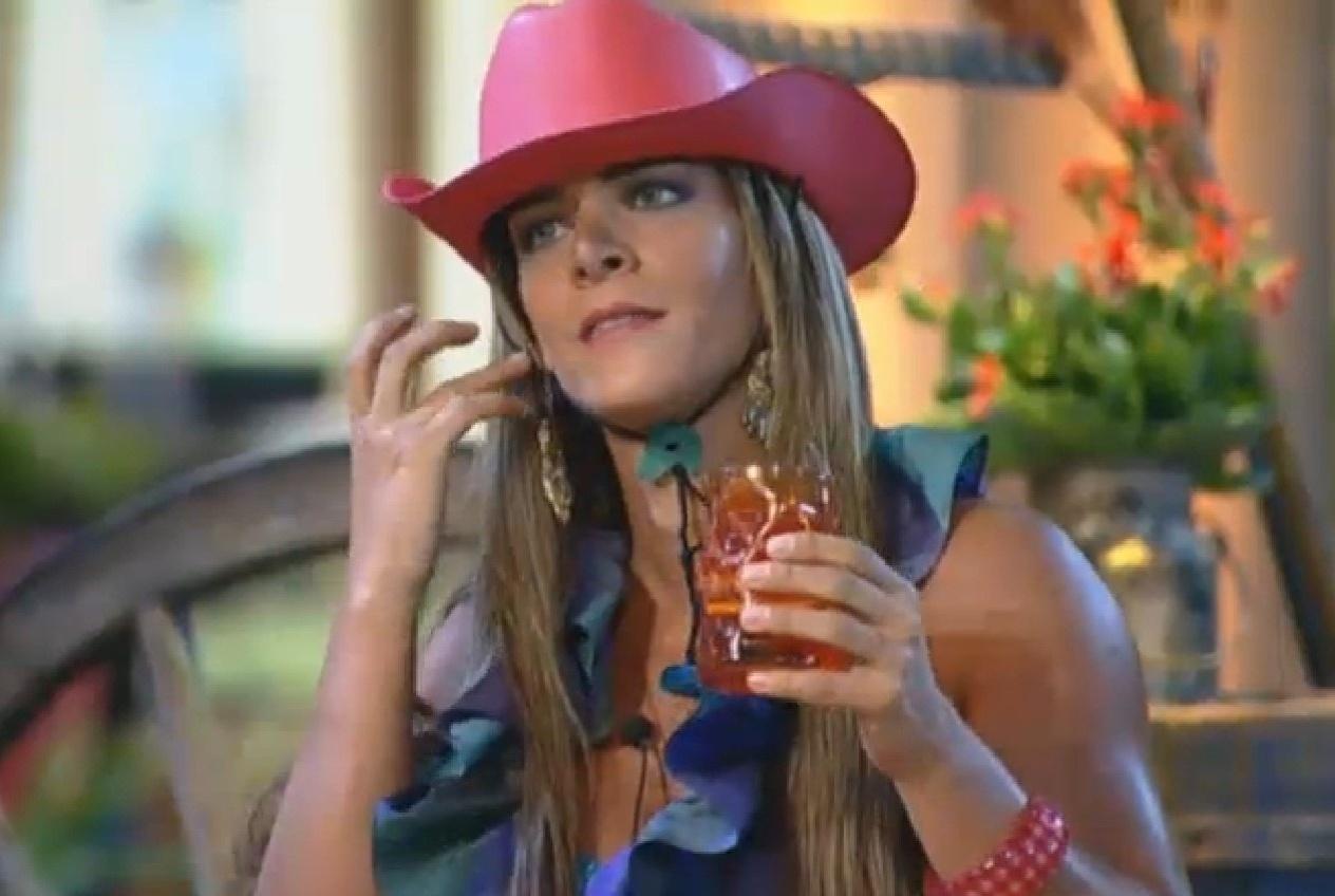 06.set.2013 - Denise Rocha bebe cerveja enquanto acompanha apresentações
