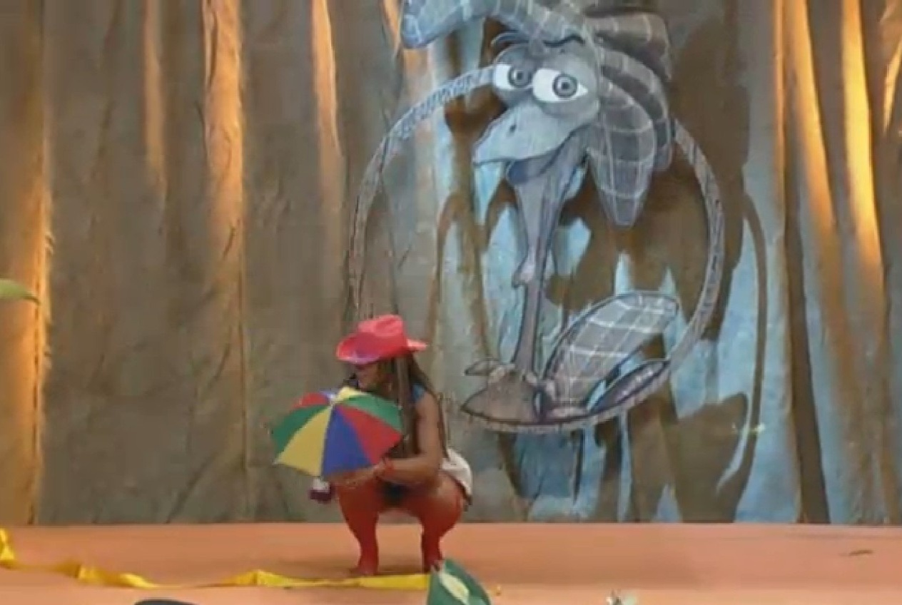 06.set.2013 - Denise Rocha dança frevo durante atividade