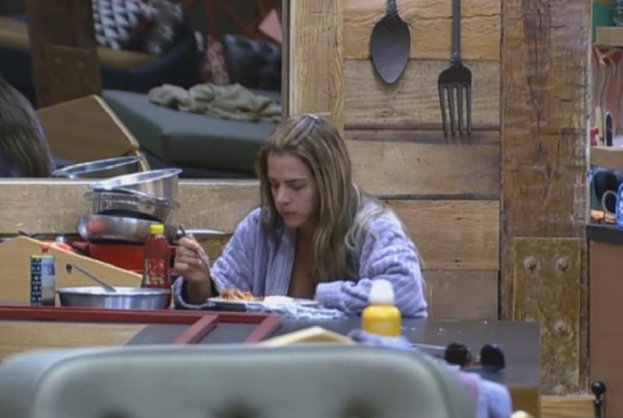 06.set.2013 - Enquanto peões dormem, Denise Rocha devora prato de macarrão, carne e arroz