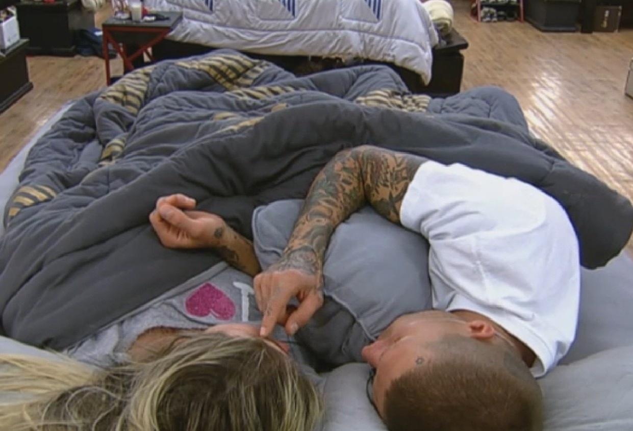 5.set.2013 - Mateus Verdelho e Bárbara trocam carícias antes de dormir