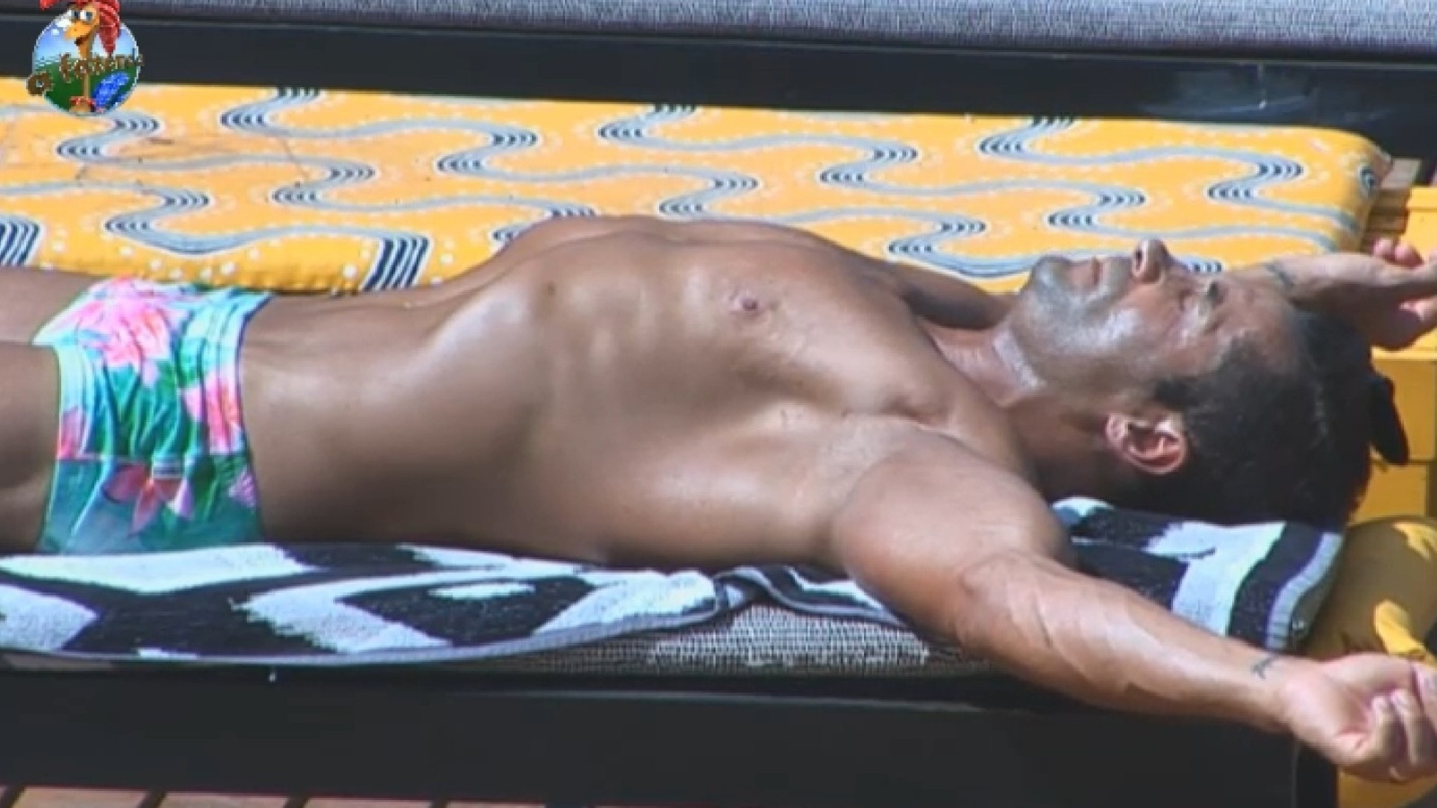 6.set.2013 - Marcos Oliver toma sol na beira da piscina