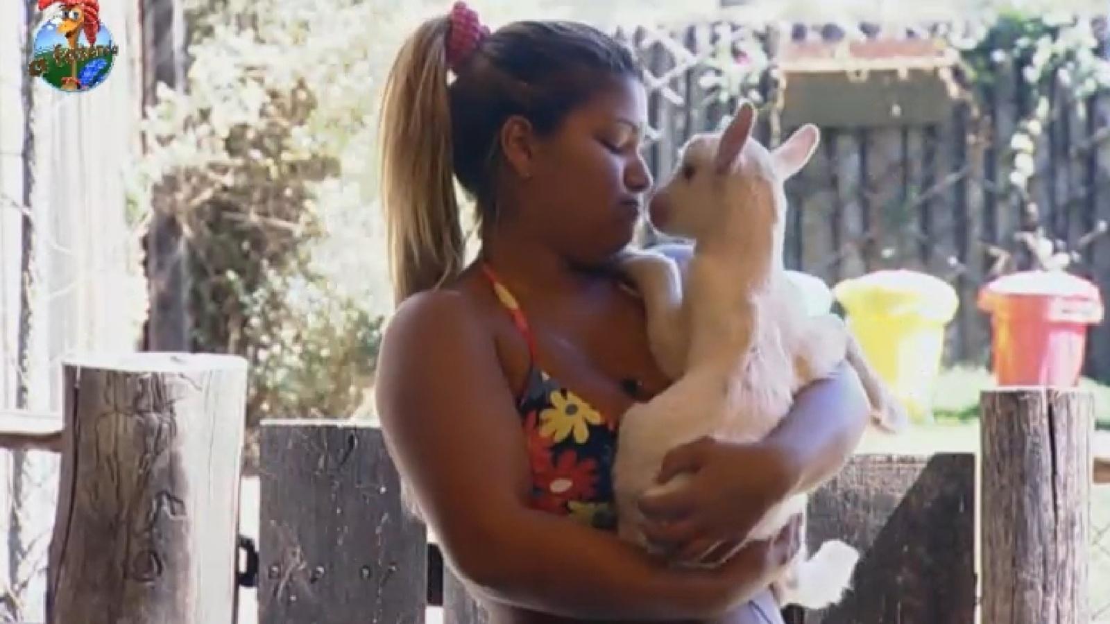 6.set.2013 - Yani faz carinho em cabrito recém-nascido na manhã desta sexta-feira