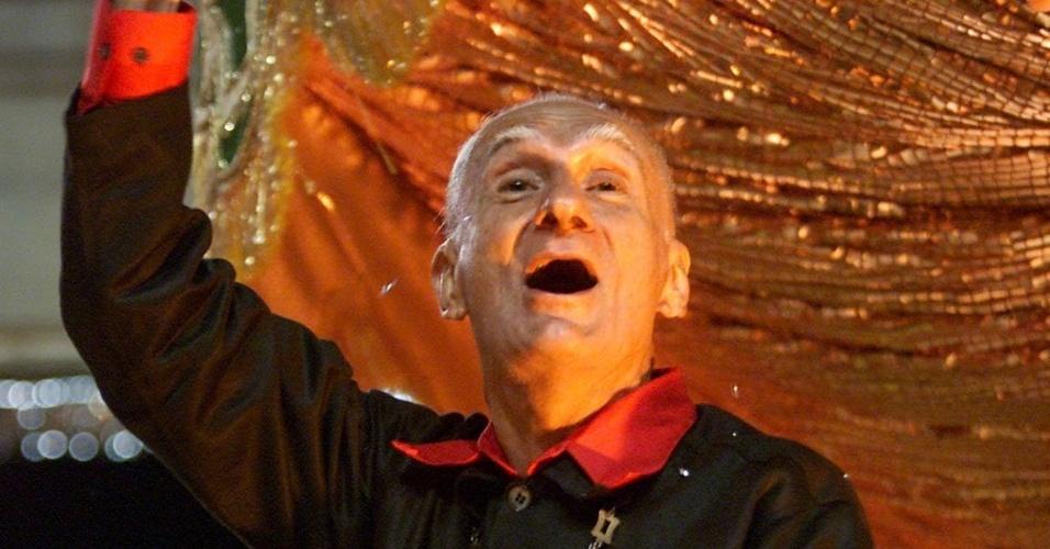 Carnaval no Rio de Janeiro, 2002: o escritor Ariano Suassuna em carro alegórico da escola de samba Império Serrano, no sambódromo da Marquês de Sapucaí no Rio de Janeiro (RJ). (Rio de Janeiro, RJ, 12.02.2002. Foto de . Digital
