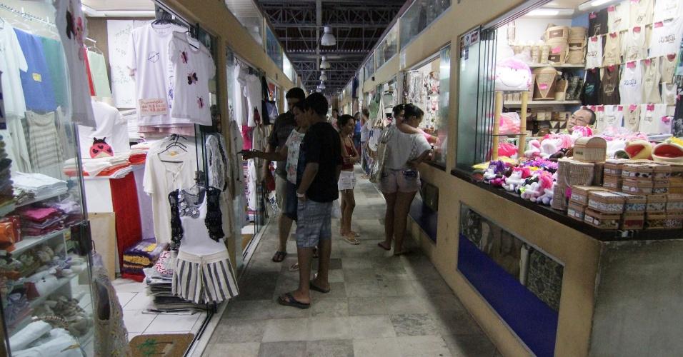 Centro de Artesanato da Praia dos Artistas, em Natal (RN). Lojas oferecem souvenires como camisetas, rendas, entre outros artigos