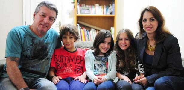 Os pais Luiz Speda e Paula Araiy compartilham a guarda dos filhos trigêmeos João Pedro, Maria Eduarda (blusa listrada) e Ana Luiza