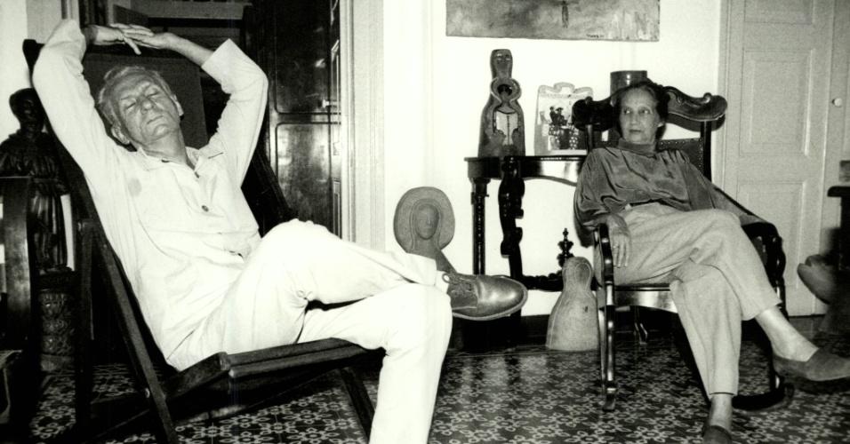 Literatura: o escritor, poeta e dramaturgo Ariano Suassuna e sua mulher Zélia, em Recife (PE). (Foto: . Negativo: 12116-1991)