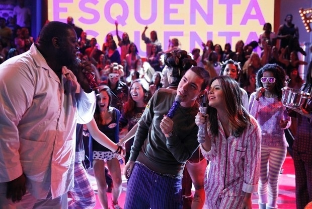 Mai.2013 - Péricles, Di Ferrero e Giovanna Lancellotti cantam de pijama na festa temática de Regina Casé no