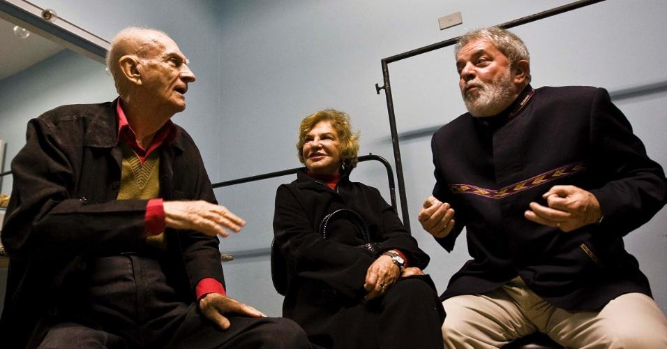 O ex presidente Lula assitiu a uma aula espetaculo de Ariano Suassuna teatro Carlos Gomes, em Sao Bernardo do Campo. Ele esteve no camarim do escritor pouco antes do espetaculo acompanhado da esposa Mariza Leticia e o prefeito da cidade, Luiz Marinho