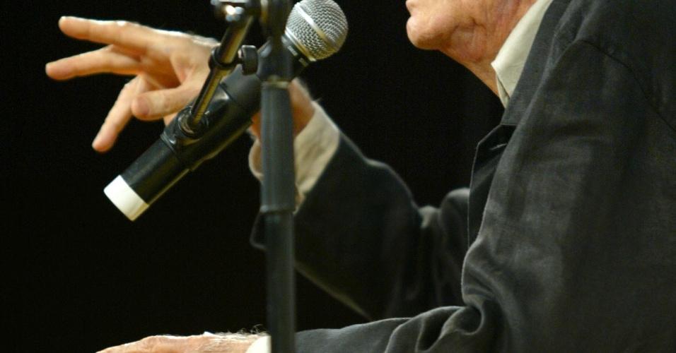 PARATI (RJ) - 10 DE JULHO: O escritor Ariano Suassuna participa de mesa na terceira edicao da FLIP (Festa Literaria Internacional de Parati), em 10 de julho de 2005, no centro historico de Parati (RJ)