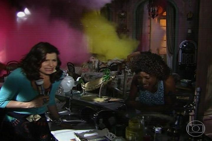 Risoleta e Dora durante a explosão de Dona Redonda
