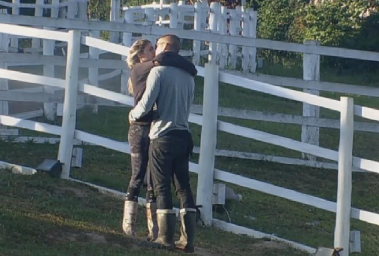 07.set,2013 - Bárbara Evans dá beijo apaixonado em Mateus de manhã cedo