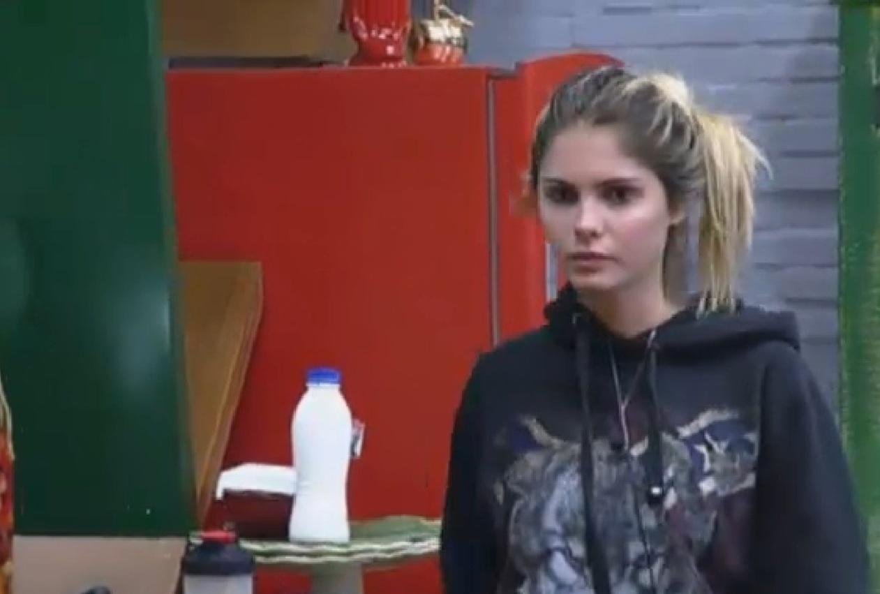 07.set.2013 - Bárbara Evans na cozinha