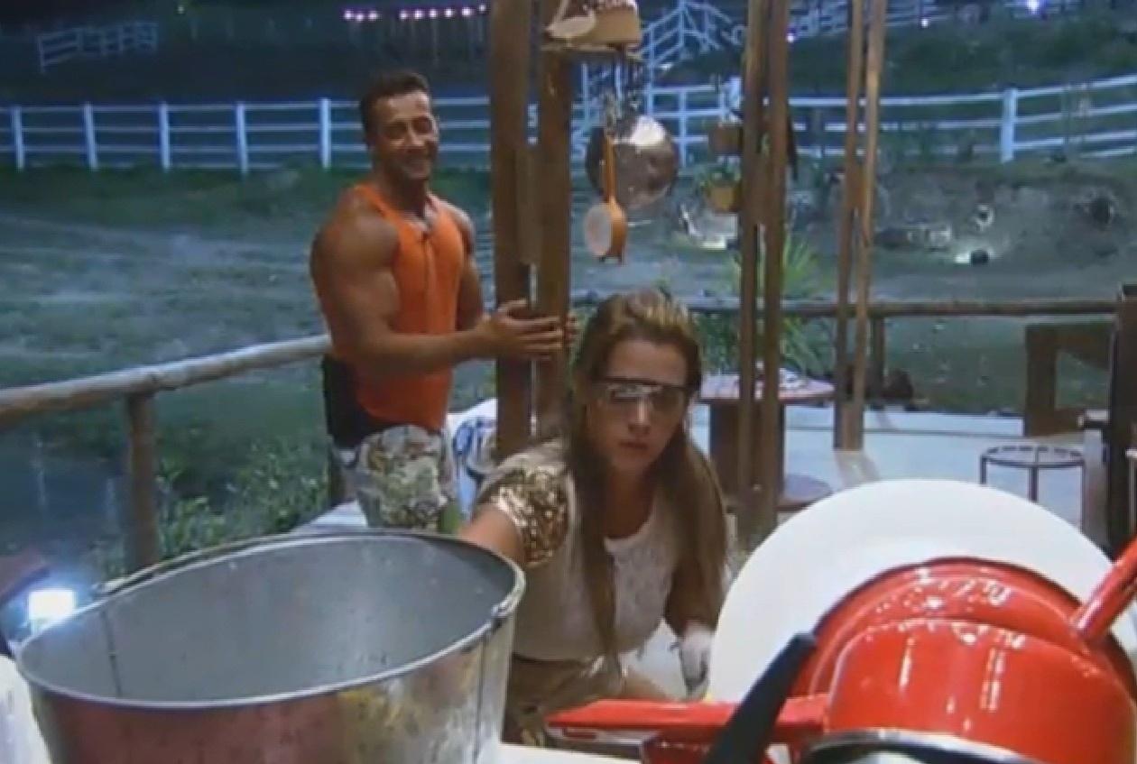 07.set.2013 - Denise Rocha e Marcos Oliver tentam abrir panela de pressão