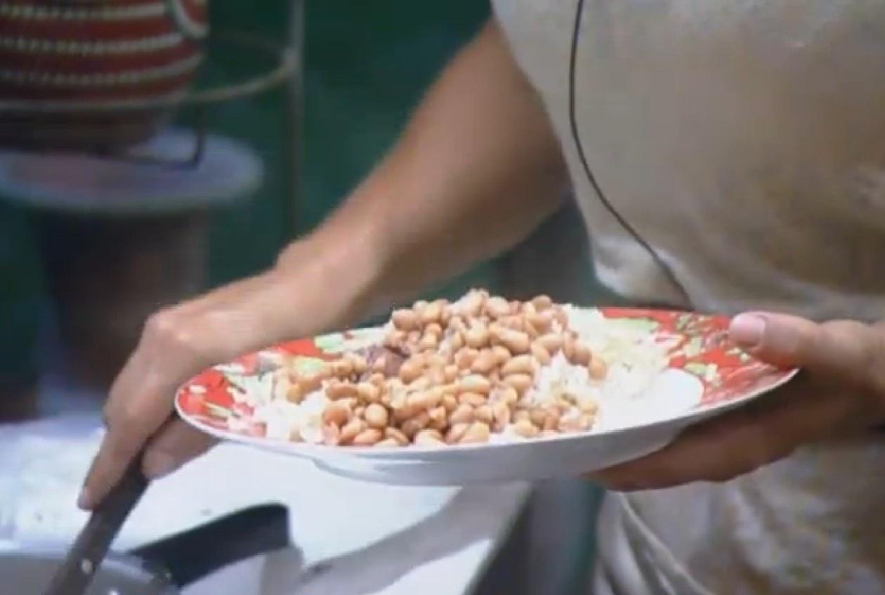 07.set.2013 - Depois de muito trabalho, Denise prepara prato com primeiro feijão feito por ela