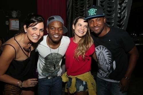 6.set.2013 - A promoter Carol Sampaio com Barriga, Fernanda Souza e Thiaguinho no Baile da Favorita em Angra dos Reis