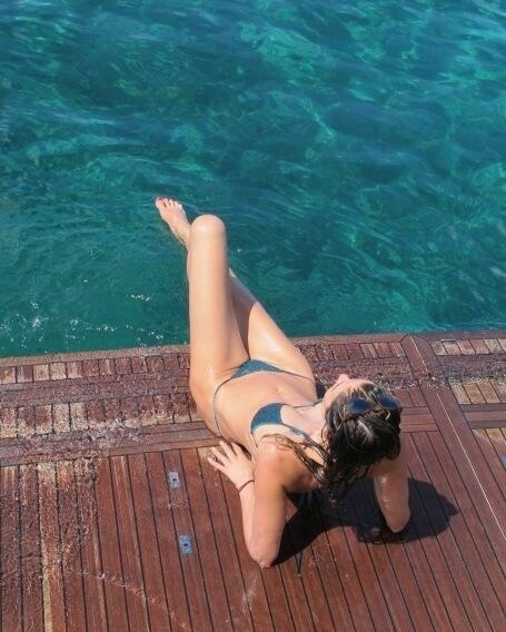 7.set.2013 - Luciana Gimenez postou em seu Instagram, neste sábado, 7, foto exibindo seu corpão à beira da piscina na Itália