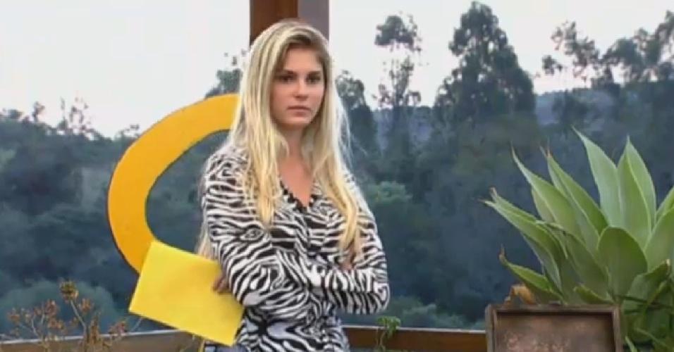08.set.2013 - Bárbara espera colegas de confinamento responderem sua pergunta